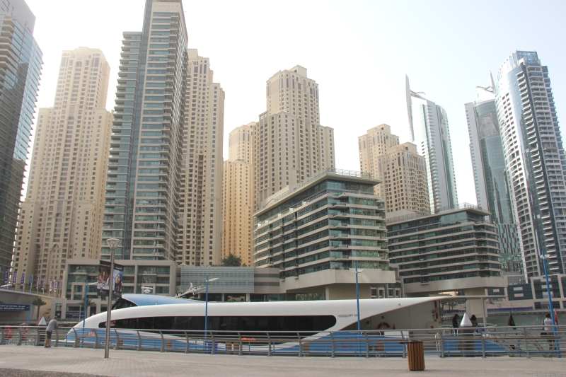 Die Dubai Ferry in der Marina