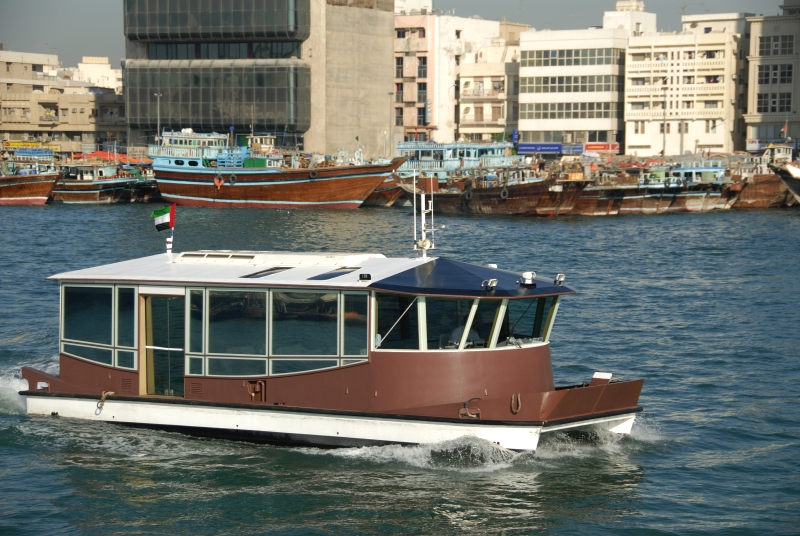 Ein Dubai Waterbus am Creek